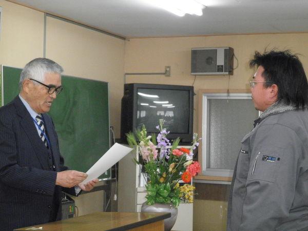 衣川校長から修了証書の授与